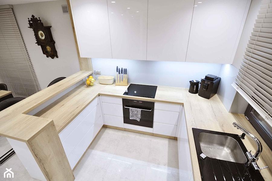 REALIZACJA NOWOCZESNY DOM - Średnia otwarta biała kuchnia w kształcie litery g w aneksie z oknem - zdjęcie od ABC Projektowo • projektowanie wnętrz