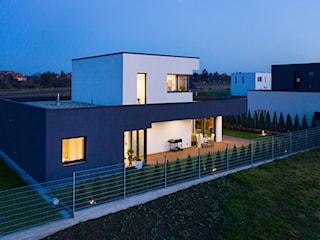 Dom z szaro-białą elewacją