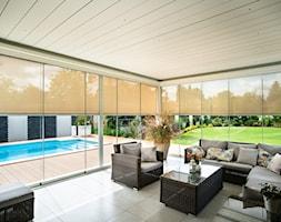 Tarasola Technic - Duży taras z tyłu domu z basenem, styl nowoczesny - zdjęcie od Tarasola