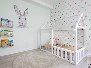 Projekt mieszkania o pow. 63 m2 w Świdnicy - Średni biały szary kolorowy pokój dziecka dla dziewczynki dla malucha, styl nowoczesny - zdjęcie od Natalia Klim-Matuszewska