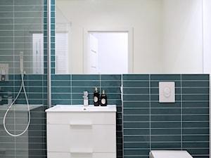 Mała biała niebieska łazienka w bloku w domu jednorodzinnym bez okna, styl nowoczesny - zdjęcie od Natalia Klim-Matuszewska