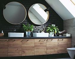 Wnętrze - Mała biała czarna szara łazienka na poddaszu w domu jednorodzinnym z oknem - zdjęcie od Miss Ferreira