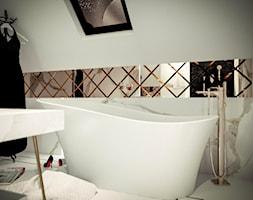 Zielona Góra - wnętrze luksusowej łazienki na poddaszu - Średnia biała łazienka na poddaszu w domu jednorodzinnym z oknem, styl glamour - zdjęcie od ARTchitektura Michalewicz