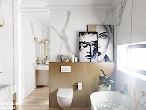 Zielona Góra - wnętrze ekskluzywnej łazienki - Mała biała łazienka z oknem, styl glamour - zdjęcie od ARTchitektura Michalewicz