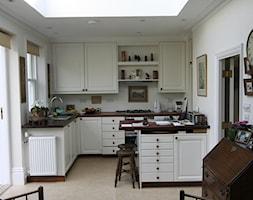 Meble kuchenne - Średnia otwarta biała kuchnia w kształcie litery l z wyspą z oknem, styl tradycyjn ... - zdjęcie od Mebmal Jacek Malowaniec - Homebook