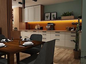 Salon z kuchnią (wersja pierwsza) - Średnia otwarta zielona pomarańczowa kuchnia jednorzędowa w aneksie, styl nowoczesny - zdjęcie od IZZY PROJEKT