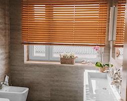 Żaluzja bambusowa 50mm w łazience - Nasze Domowe Pielesze - zdjęcie od Nasze Domowe Pielesze - Homebook