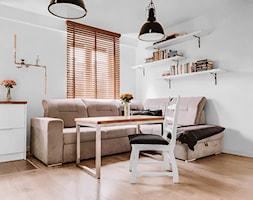 Żaluzje drewniane JASNY DĄB 32 w salonie z aneksem - Nasze Domowe Pielesze - zdjęcie od Nasze Domowe Pielesze - Homebook