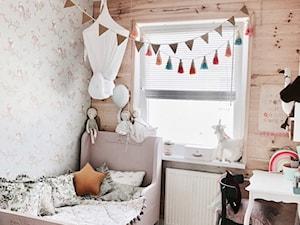 Pokój dziewczynki - białe żaluzje drewniane NASZE DOMOWE PIELESZE - zdjęcie od Nasze Domowe Pielesze