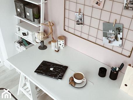Aranżacje wnętrz - Biuro: Złota tablica/organizer i drabinka w domowym biurze - Nasze Domowe Pielesze - Nasze Domowe Pielesze. Przeglądaj, dodawaj i zapisuj najlepsze zdjęcia, pomysły i inspiracje designerskie. W bazie mamy już prawie milion fotografii!