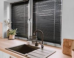 Czarne żaluzje drewniane w minimalistycznej kuchni - Nasze Domowe Pielesze - zdjęcie od Nasze Domowe Pielesze - Homebook
