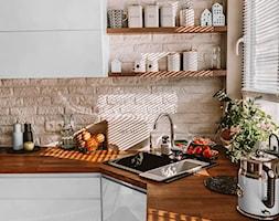 Białe żaluzje drewniane w kuchni - Nasze Domowe Pielesze - zdjęcie od Nasze Domowe Pielesze - Homebook