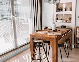 Białe żaluzje drewniane na dużych oknach tarasowych - NASZE DOMOWE PIELESZE - zdjęcie od Nasze Domowe Pielesze - Homebook