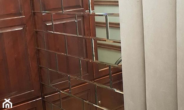ściana z płytek lustrzanych