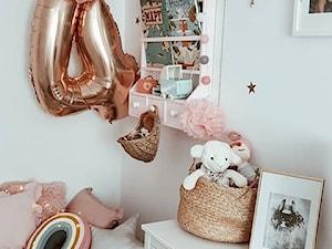 Moje mieszkanie - Mały biały pokój dziecka dla dziewczynki dla malucha, styl klasyczny - zdjęcie od nieoptymistka
