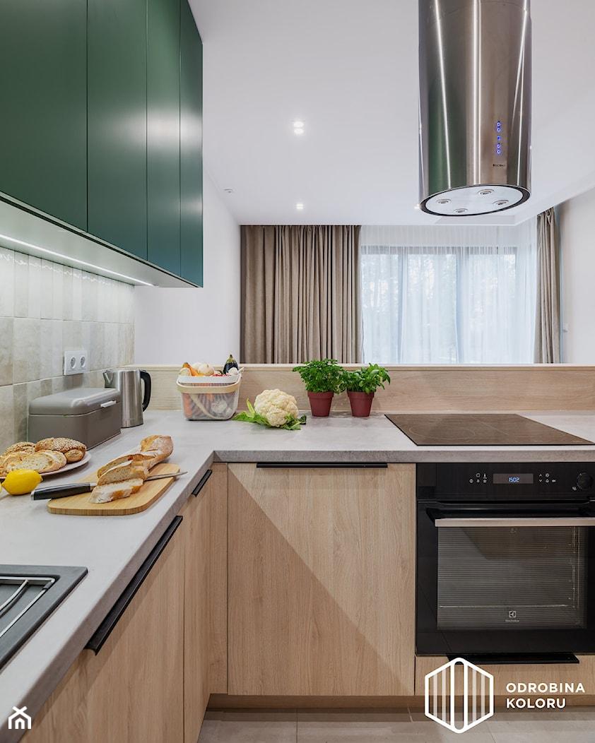 REALIZACJA MIESZKANIA NA SŁUŻEWIU - Mała otwarta szara kuchnia w kształcie litery l w aneksie z oknem, styl skandynawski - zdjęcie od ODROBINA KOLORU - Homebook