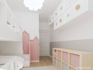 pokój dla dziewczynek - Mały biały szary pokój dziecka dla dziewczynki dla rodzeństwa dla niemowlaka dla malucha, styl skandynawski - zdjęcie od Zaprojektowane
