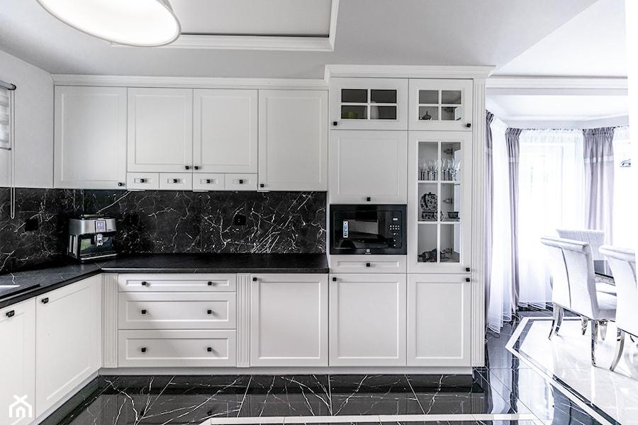Biała Matowa Kuchnia W Stylu Hampton Połączonym Ze Stylem