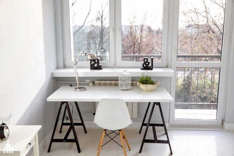 Metamorfoza na 46 m kw. - Małe białe biuro kącik do pracy w pokoju, styl skandynawski - zdjęcie od alinakar@op.pl
