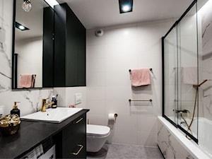 Apartament Młoda Morena w Gdańsku - Mała biała łazienka w bloku w domu jednorodzinnym bez okna, styl nowoczesny - zdjęcie od Pracownia Bueno