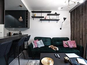 Apartament Młoda Morena w Gdańsku - Mały biały salon z kuchnią z jadalnią, styl nowoczesny - zdjęcie od Pracownia Bueno