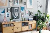 duże obrazy na ścianie w salonie