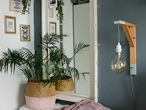 Sypialnia - Mała biała czarna sypialnia, styl skandynawski - zdjęcie od mrspolkadot