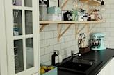 kuchnia z białą cegłą i czarnym blatem