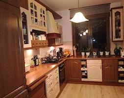 Metamorfoza kuchni - Średnia zamknięta biała szara kuchnia w kształcie litery l z oknem, styl klasyczny - zdjęcie od Dorota Tomczak