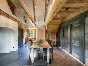 Dom podcieniowy – Mikoszewo - Duża otwarta biała jadalnia jako osobne pomieszczenie, styl rustykalny - zdjęcie od Magdalena Ubysz - Fotografia architektury i wnętrz