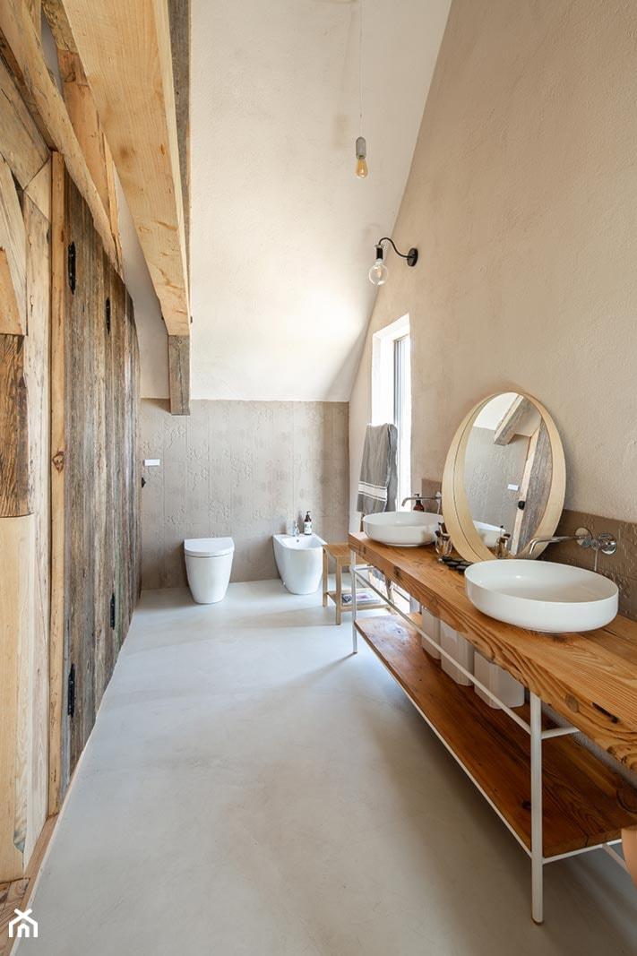 Dom podcieniowy – Mikoszewo - Średnia biała beżowa szara łazienka z oknem, styl rustykalny - zdjęcie od Magdalena Ubysz - Fotografia architektury i wnętrz