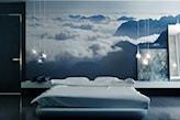 fototapeta z niebem w sypialni, lampy żarówki na białym kablu, duże obrazy bez ramy oparte o półkę