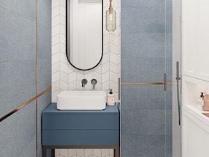 Mokotów z romantyczna nutą - Mała niebieska szara łazienka w bloku w domu jednorodzinnym bez okna, styl eklektyczny - zdjęcie od M!kaDesign