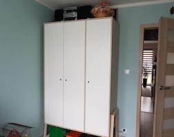 Mieszkanie w wielkiej płycie - spełnione marzenie - Mały niebieski pokój dziecka dla chłopca dla dziewczynki dla malucha dla nastolatka, styl skandynawski - zdjęcie od Natalia Greń 2