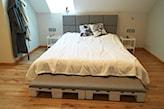łóżko z palet z zagłówkiem