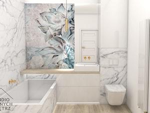 Łazienka Glamour - Średnia biała niebieska szara łazienka bez okna, styl glamour - zdjęcie od studiopieknychwnetrz