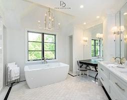 dom w CHICAGO - Średnia biała łazienka z oknem, styl klasyczny - zdjęcie od PERIHDESIGN - Homebook
