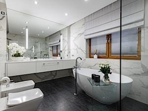 DOM pod Krakowem - Średnia biała łazienka z oknem, styl nowoczesny - zdjęcie od PERIHDESIGN