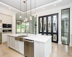 dom w CHICAGO - Duża otwarta biała kuchnia w kształcie litery u z wyspą z oknem, styl klasyczny - zdjęcie od PERIHDESIGN - Homebook