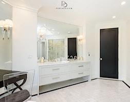 dom w CHICAGO - Średnia biała beżowa łazienka jako salon kąpielowy, styl klasyczny - zdjęcie od PERIHDESIGN - Homebook