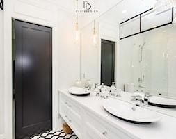dom w CHICAGO - Mała biała łazienka w bloku w domu jednorodzinnym bez okna, styl klasyczny - zdjęcie od PERIHDESIGN - Homebook