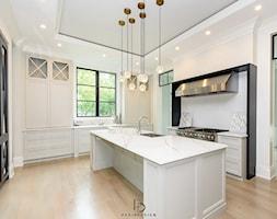 dom w CHICAGO - Duża otwarta biała kuchnia dwurzędowa w aneksie z wyspą z oknem, styl klasyczny - zdjęcie od PERIHDESIGN - Homebook