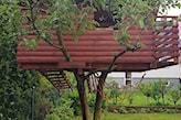 drewniany domek na drzewie