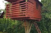 drewniany domek na drzewie z drabiną