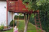domek na drzewie z huśtawką
