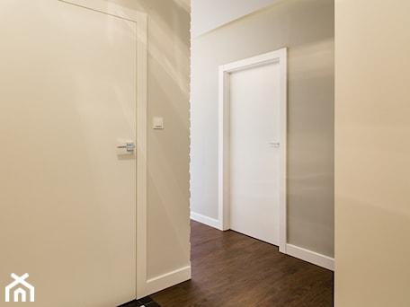 Aranżacje wnętrz - Hol / Przedpokój: Mieszkanie w minimalistycznym wydaniu - Hol / przedpokój, styl minimalistyczny - Monika Hardej Architekt. Przeglądaj, dodawaj i zapisuj najlepsze zdjęcia, pomysły i inspiracje designerskie. W bazie mamy już prawie milion fotografii!