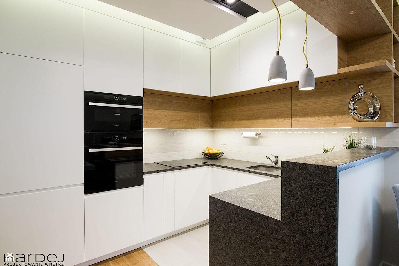 inspiracja drewnem - Średnia otwarta szara kuchnia w kształcie litery u, styl skandynawski - zdjęcie od Monika Hardej Architekt - Homebook