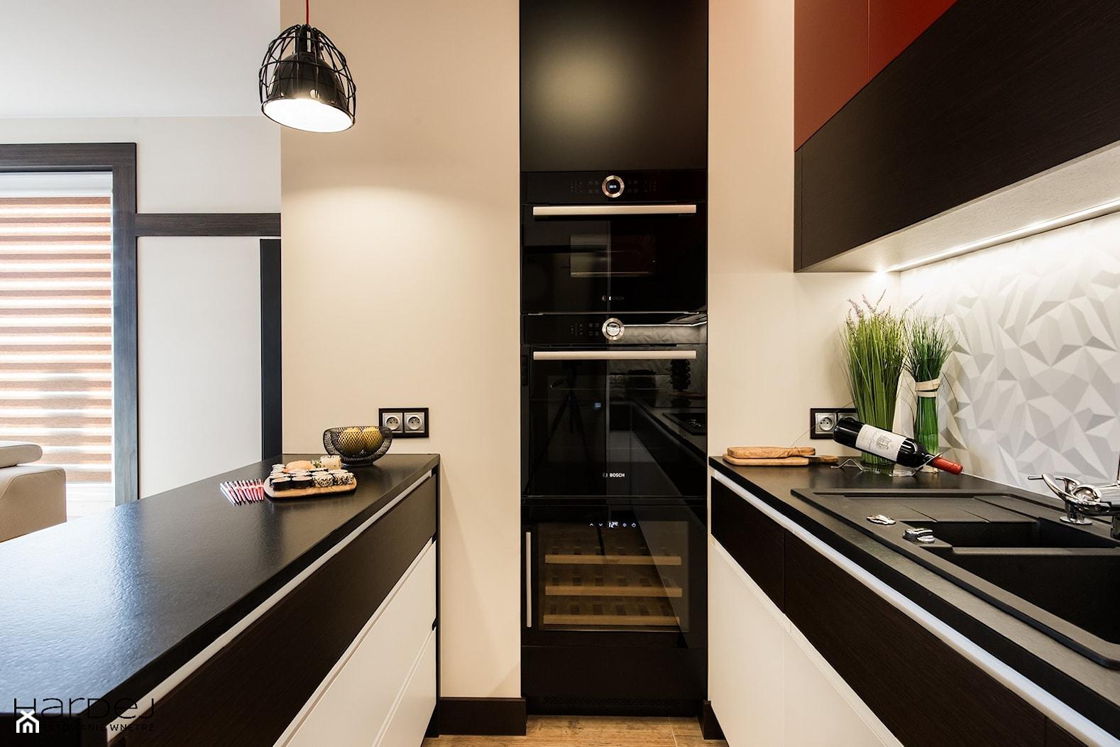 KLIMATY ORIENTALNE - Mała otwarta biała beżowa kuchnia w kształcie litery u w aneksie z oknem, styl nowoczesny - zdjęcie od Monika Hardej Architekt - Homebook