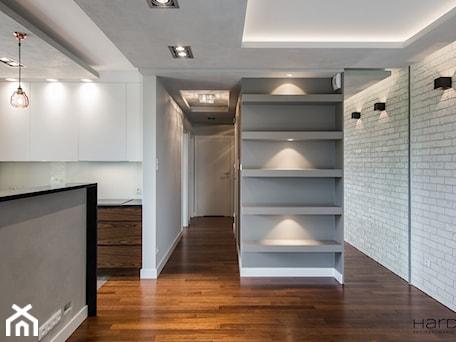 Aranżacje wnętrz - Salon: 60-metrowe mieszkanie z akcentami loftu - Salon, styl minimalistyczny - Monika Hardej Architekt. Przeglądaj, dodawaj i zapisuj najlepsze zdjęcia, pomysły i inspiracje designerskie. W bazie mamy już prawie milion fotografii!