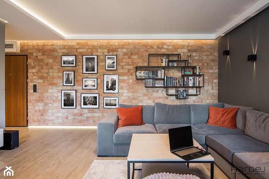 Prawdziwa cegła rozbiórkowa w salonie - zdjęcie od Monika Hardej Architekt